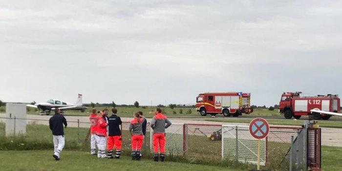 Kleinflugzeug mit Fahrwerksproblemen – Großaufgebot der Feuerwehr in Bereitschaft