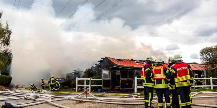 Großbrand auf Reiterhof bei Wallau – 1500 Heuballen in Lagerhalle in Flammen
