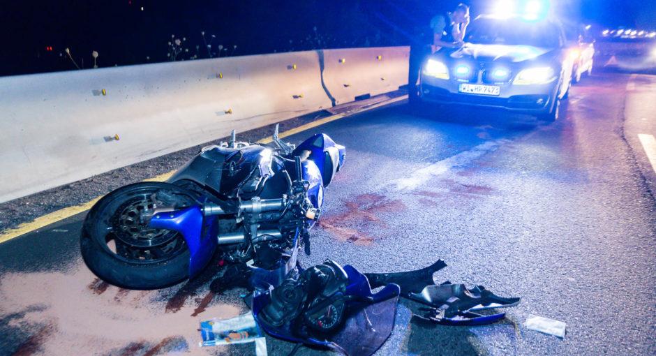 Motorradfahrer stürzt nach waghalsigemÜberholmanöver auf der A643