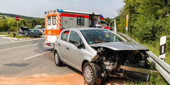 Drei Verletzte bei schwerem Unfall in Schierstein – Entgegenkommendes Auto übersehen