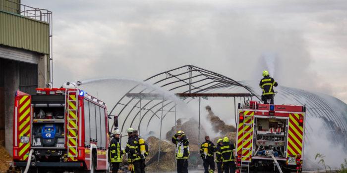 Stoh-Lagerhalle in Flammen – Große Rauchwolke über Bischofsheim