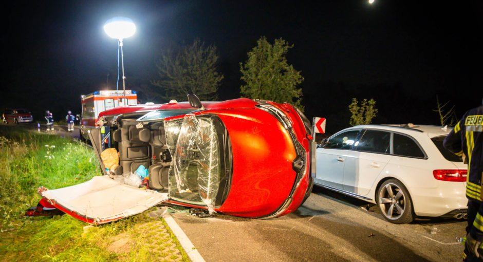 Auto kippt nach Zusammenstoß auf die Seite – Vier Verletzte