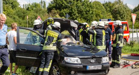 Lkw übersehen: Feuerwehr muss Fahrerin befreien