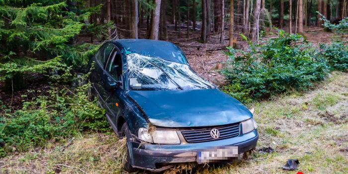 Auto auf der B8 bei Idstein überschlagen – Alkoholisierte Insassen flüchten
