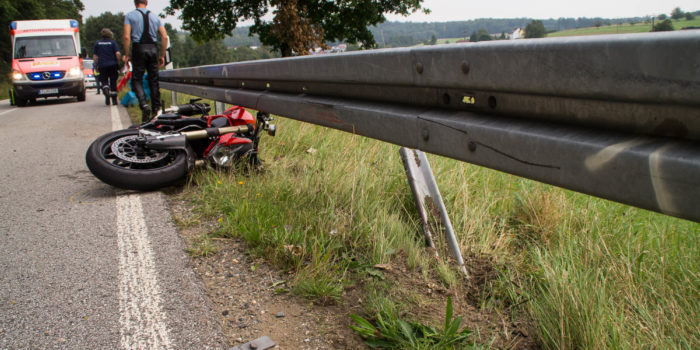 Motorradfahrer kracht gegen Leitplanke – Rettungshubschrauber im Einsatz