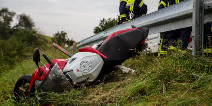 Motorradfahrer nach Unfall unter seiner Maschine und der Leitplanke eingeklemmt
