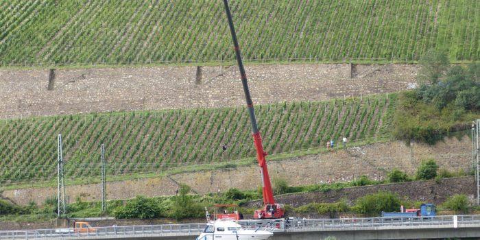 Sportboot fährt sich auf dem Rhein fest