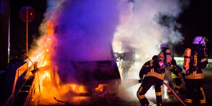 Kleinbus auf der A3 in Flammen