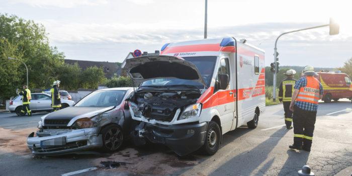 Pkw kollidiert auf Kreuzung mit Rettungswagen – Vier Verletzte