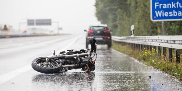 Motorradunfall auf der A3 bei Limburg nach Aquaplaning