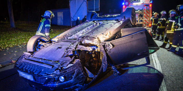 Parkende Autos gerammt und überschlagen – Fahrer flüchtet zu Fuß