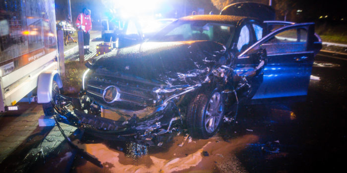 Fünf Verletzte bei schwerem Alleinunfall im Gewerbegebiet Petersweg