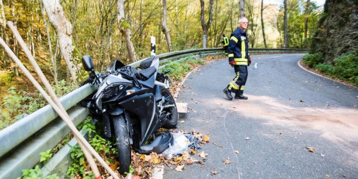 Leichtkraftradfahrer bei Zusammenstoß mit Lkw schwer verletzt