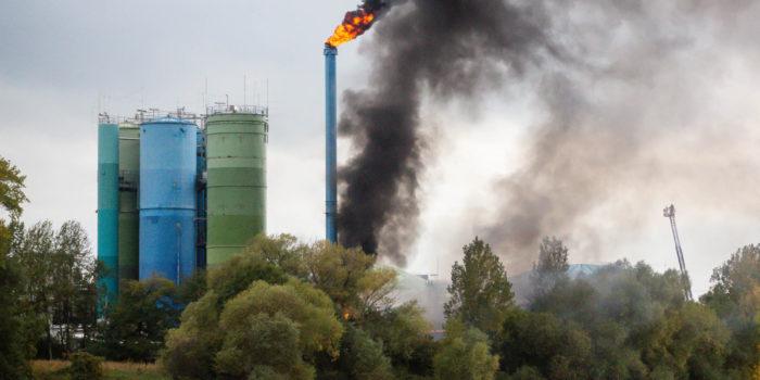 Großbrand auf der Petersaue – Kunststoffrohre in Flammen
