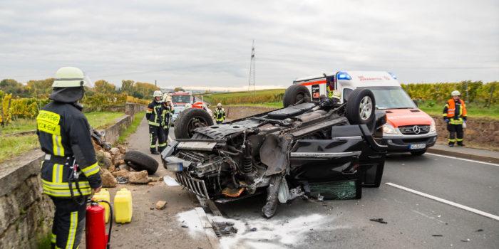 Geländewagen überschlägt sich auf der B40 – Fünf teils schwer Verletzte