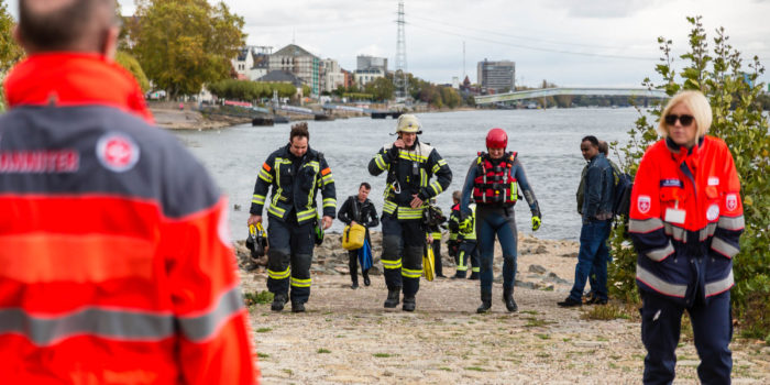 Feuerwehr rettet Frau aus dem Rhein bei Biebrich