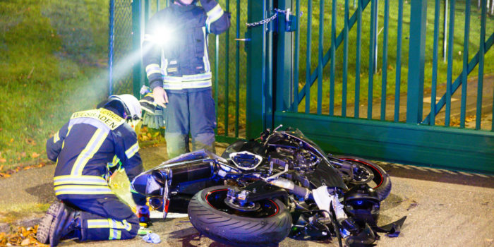 Schwer verletzter Motorradfahrer bei Zusammenstoß auf der New-York-Straße