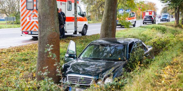 Erneuter Verkehrsunfall auf B42 bei Oestrich-Winkel – Pkw landet an Bäumen im Straßengraben
