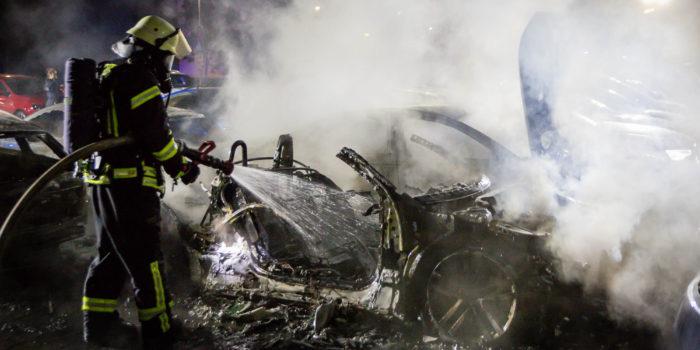 Elf Neu- und Gebrauchtwagen in der Mainzer Straße in Flammen