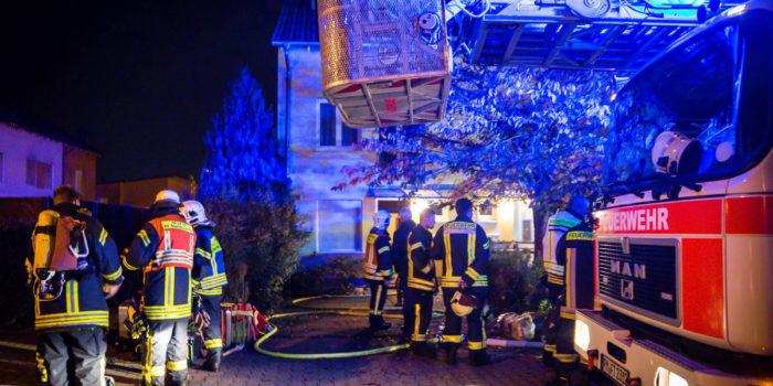 Zigarettenasche setzt Bibliothek in Brand – Aufwändige Löscharbeiten im Dachgeschoss