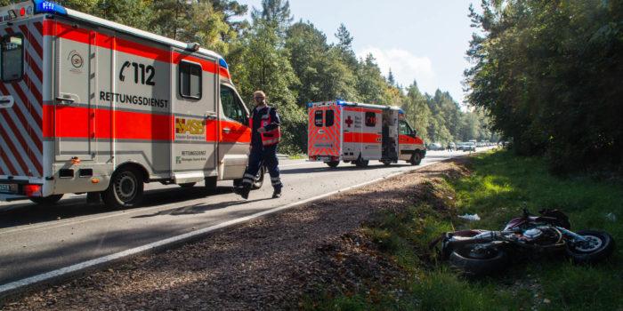 Motorradfahrer prallt nahezu ungebremst in PKW