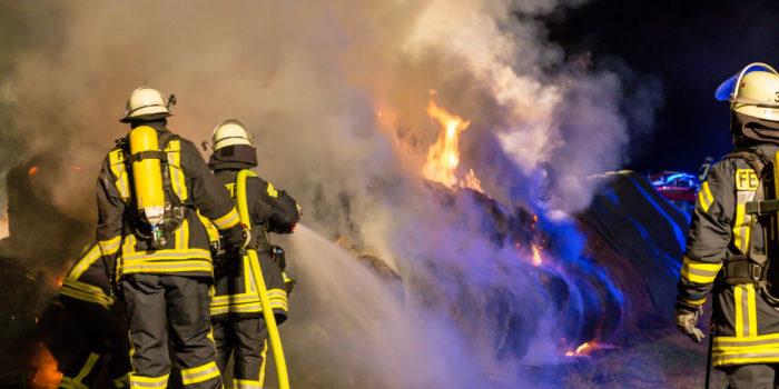 Strohballenbrand beschäftigt Feuerwehren mehrere Stunden