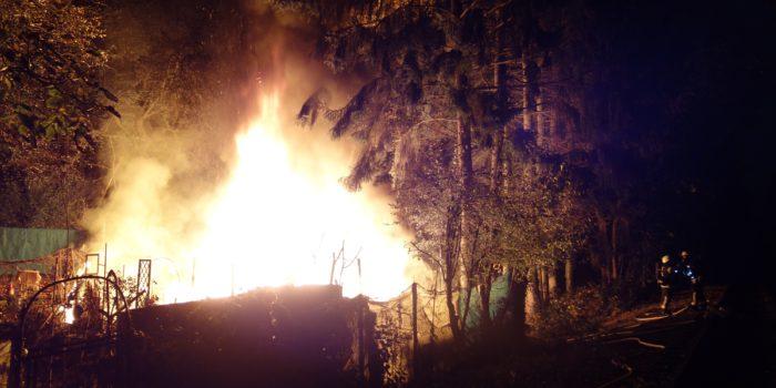 Gartenhütte in Biebrich in Flammen