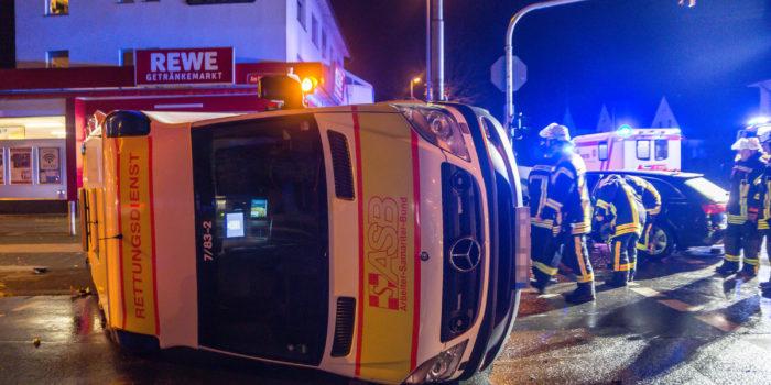 Rettungswagen kippt bei Kreuzungsunfall auf die Seite