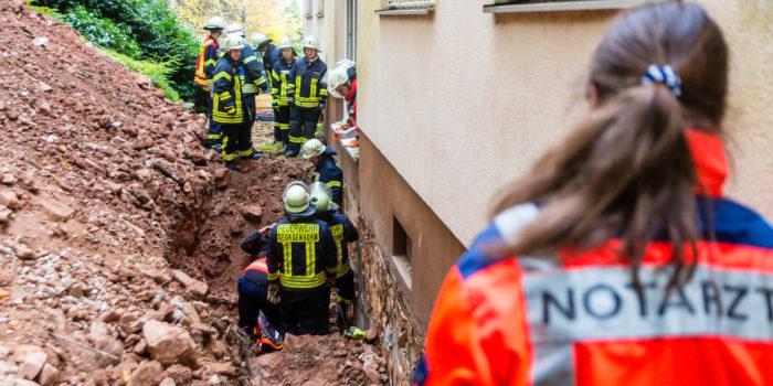 Feuerwehr rettet verschütteten Arbeiter aus Baugrube
