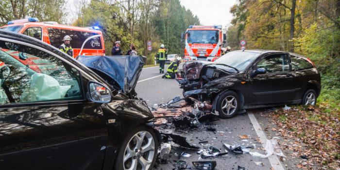 Zwei Verletzte bei Frontalzusammenstoß auf der Aarstraße