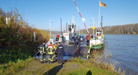 Filmreife Rettungsaktion auf dem Rhein: Fährpersonal und Polizei ziehen 59-Jährige aus dem Wasser