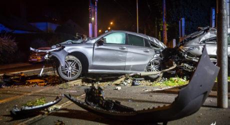 Gegen Betonpfeiler geprallt: Mercedes zerreisst in zwei Hälften – Beifahrer stirbt