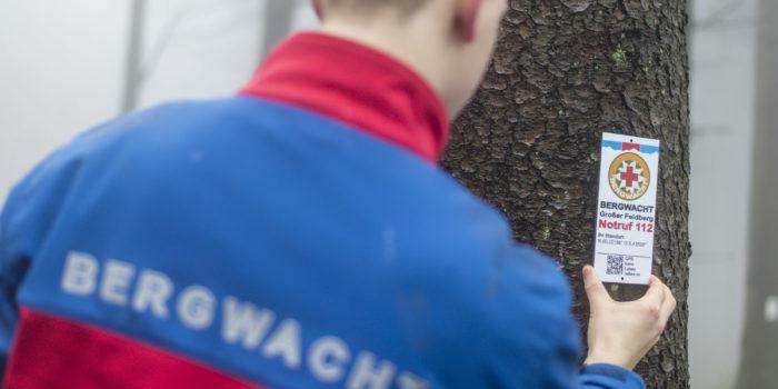 """""""GPS kann Leben retten"""" – Bergwacht montiert Notfall-Meldeschilder rund um den Feldberg"""