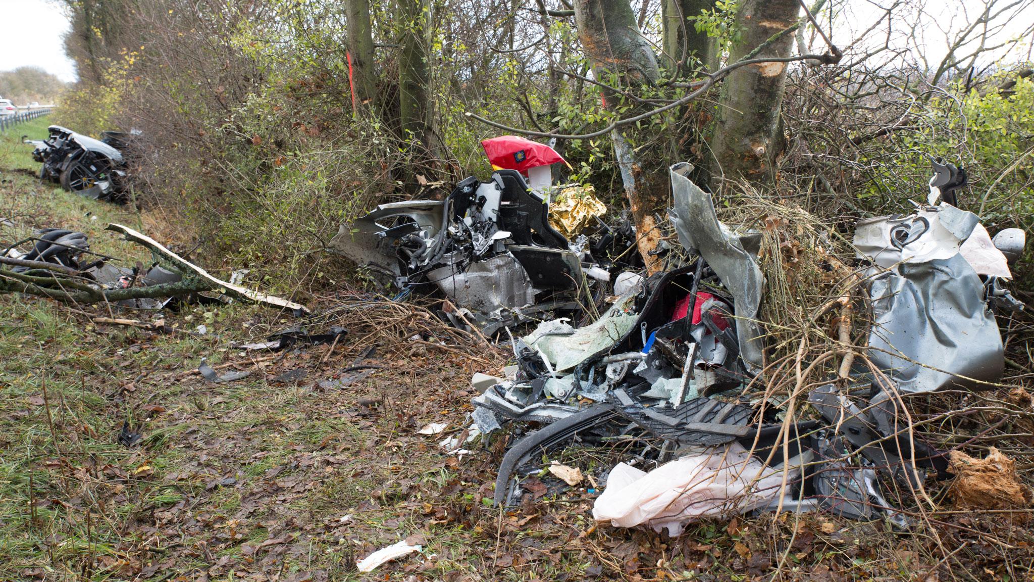 Sportwagen bei Unfall auf der B8 in drei Teile zerrissen