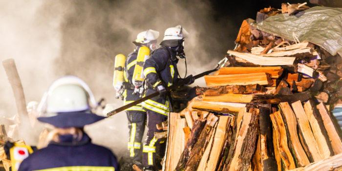 Brand von zwei Holzstapeln in Hünstetten-Wallrabenstein