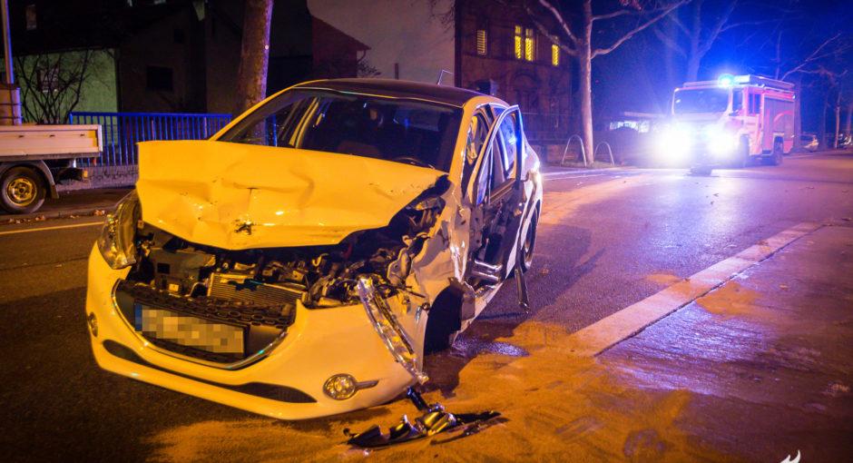 Ungewöhnlicher Verkehrsunfall mit zwei Verletzten auf der Wiesbadener Landstraße