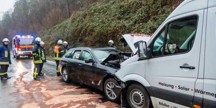 Vier Schwerverletzte bei Frontalzusammenstoß auf der B455 bei Eppstein