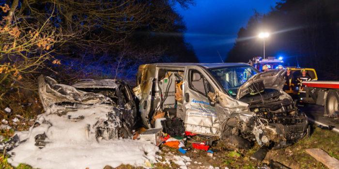 Transporter gerät in Gegenverkehr – Pkw geht in Flammen auf