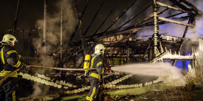 Leerstehendes Gewächshaus brennt in Eschborn nieder – Landesstraße zur Wasserversorgung gesperrt