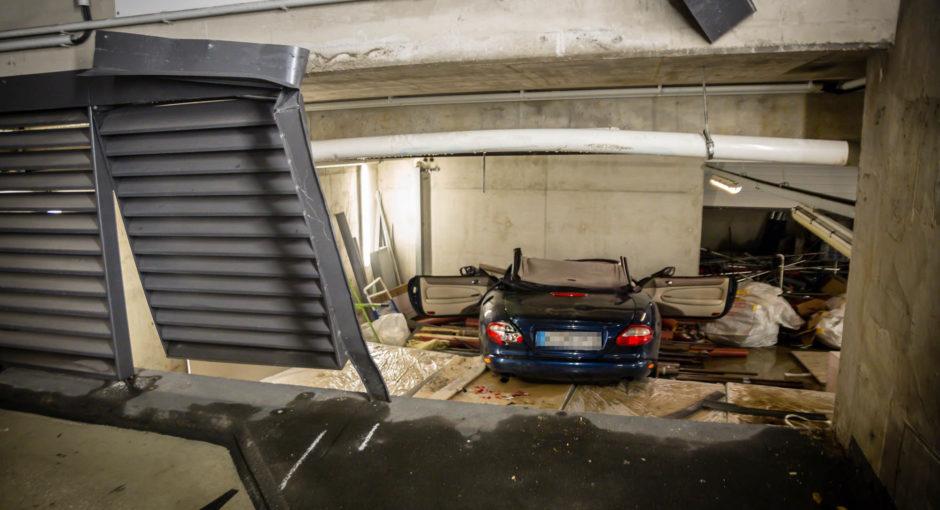 Mit Pkw ein Stockwerk abgestürzt – Fahrer stirbt nach Unfall in Parkhaus