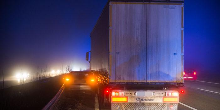 Pkw-Insassen nach Unfall mit LKw auf A3 eingeschlossen – Verursacher sturzbetrunken