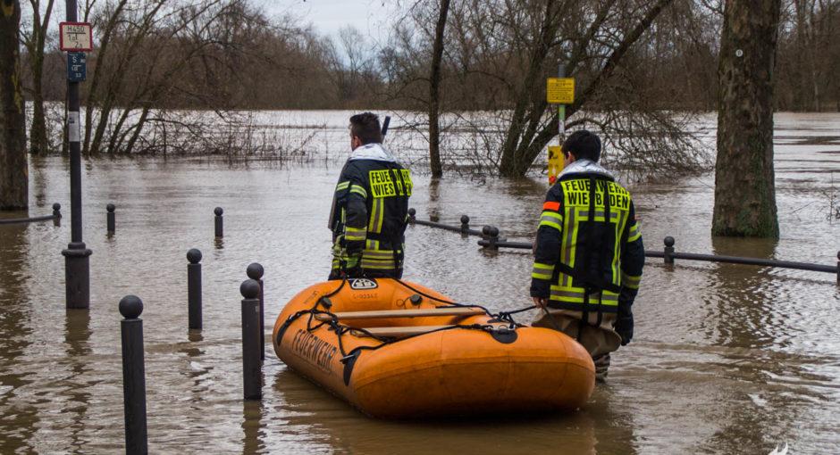 Hochwassereinsätze: Feuerwehr rettet teures Auto und baut Holzsteg zum Feuerlöschboot