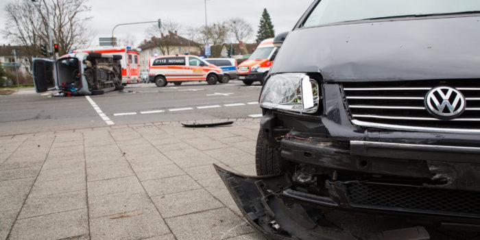 Vier Verletzte bei Unfall auf Kreuzung Biebricher Allee/2. Ring