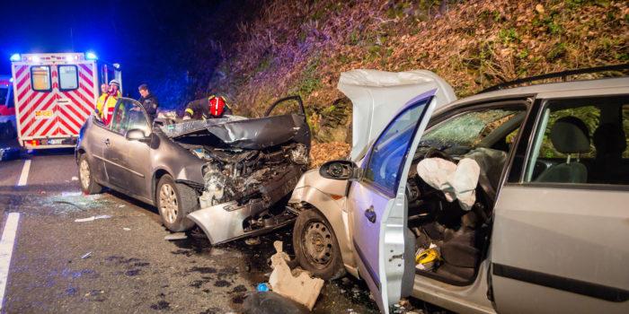 Fünf teils schwer Verletzte bei Frontalzusammenstoß im Wispertal