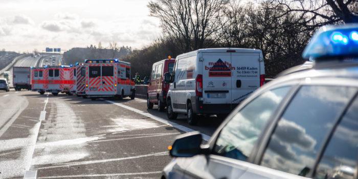 Sechs Verletzte und langer Stau bei Auffahrunfall auf der A3 bei Breckenheim