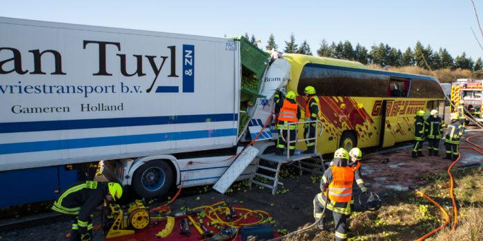 Lkw fährt auf Reisebus auf – Zwei Tote und zahlreiche Verletzte auf der A3 bei Limburg