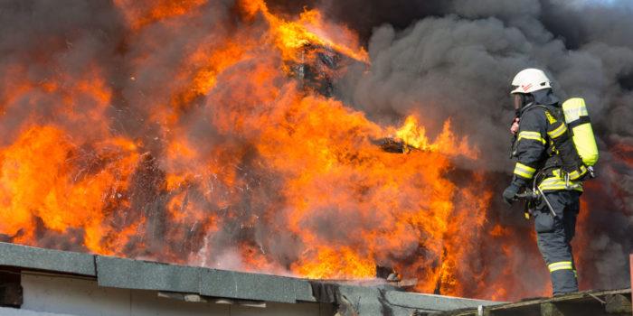 Wohnungsbrand wird zum Lagerhallenbrand – Großeinsatz in Oestrich-Winkel