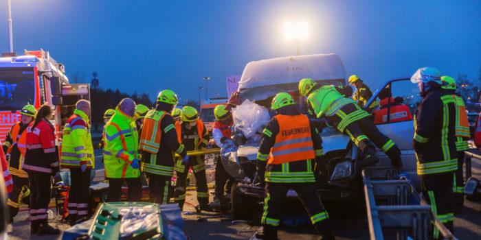 Kleintransporter kracht beim Überholen in Lkw-Heck – A3 bei Bad Camberg voll gesperrt