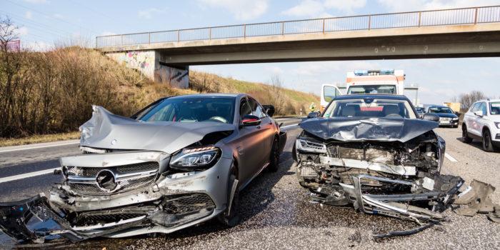 Hoher Sachschaden bei Unfall auf A5 – Gaffer verursachen Folgeunfall