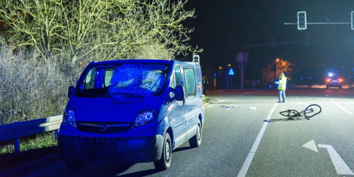 Fahrradfahrer auf Kreuzung von Pkw erfasst – 19-Jähriger schwerst verletzt